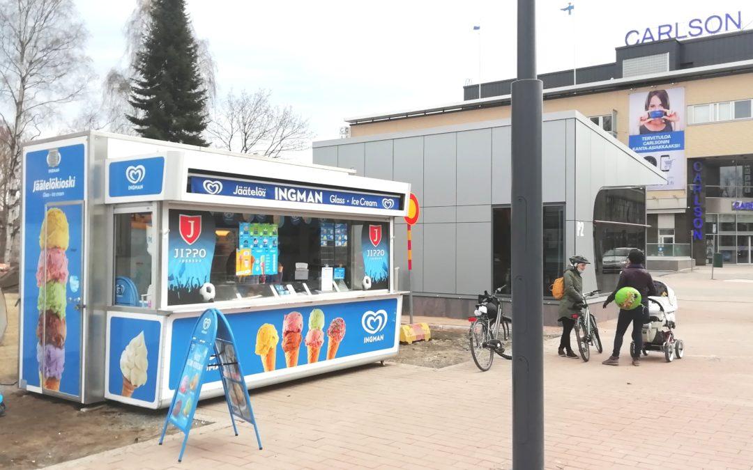 Avoinna jäätelökioskin työntekijän paikka